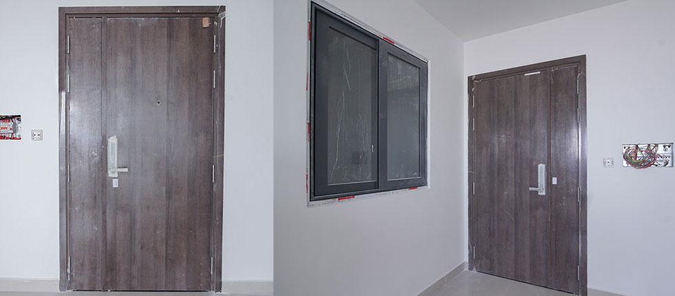 Hoàn thành lắp đặt cửa ra vào căn hộ block A1, B1, B2